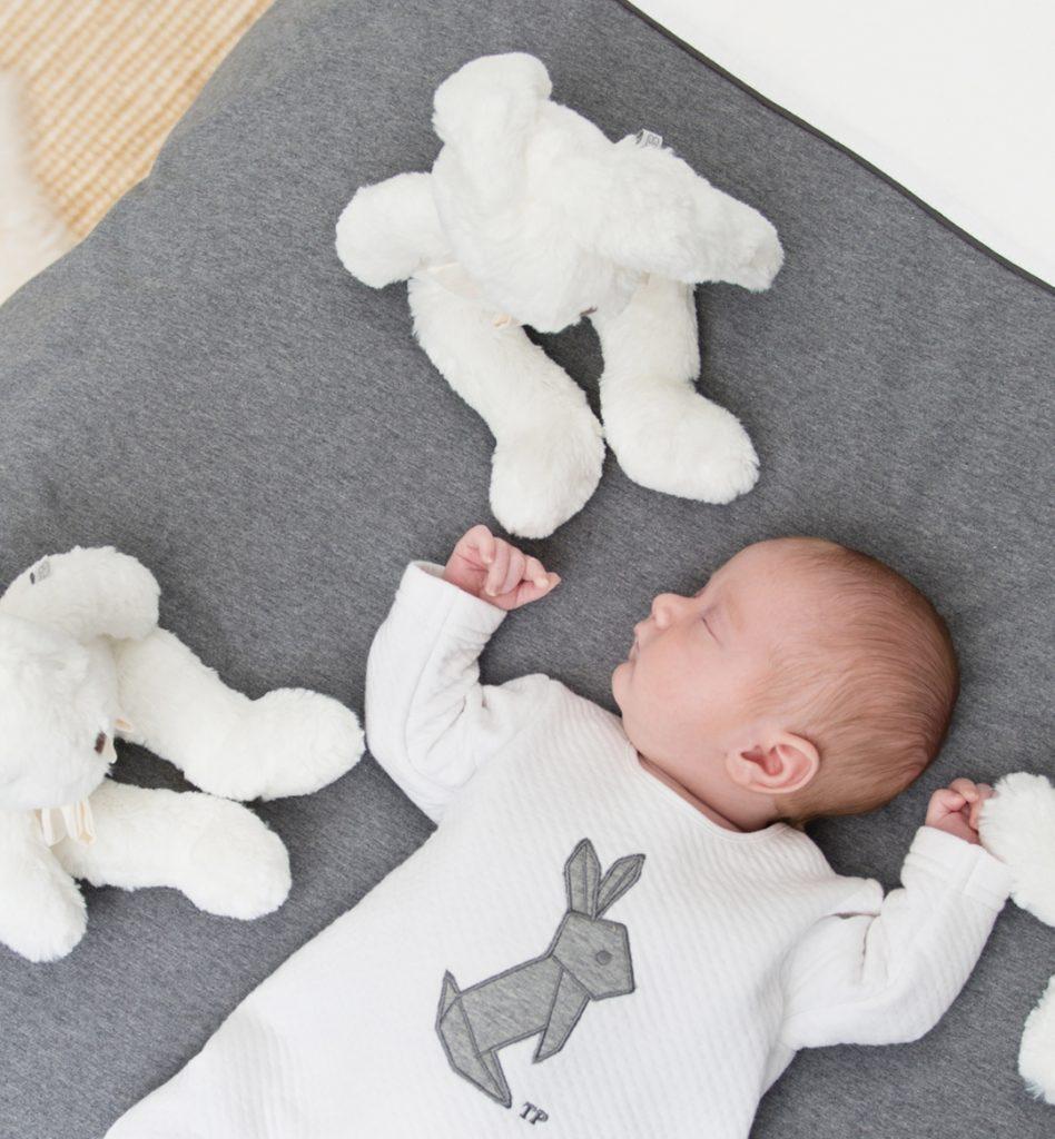 Babystrampler und fluffy rabbits auf Bettwäsche Kollektion Sweet Dreams von Théophile & Patachou